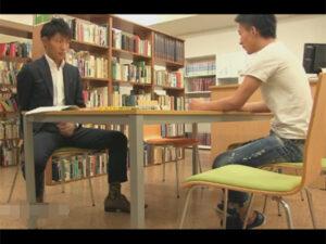 【ゲイ動画ビデオ】図書館で向かいに座ったイケメンがタイプ…!ムラムラしたリーマンがチンポを見せて誘い館内で人目を避けつつハッテンする!
