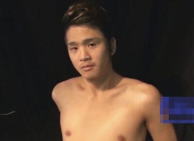 【ゲイ動画】ヤンチャ系のスジ筋な男が筋トレの器具の上で口マン責めが上手なゲイに淫乱に体をいじられることになる!