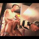 【ゲイ動画】ネットカフェで2人の男が発情しあってスリルを感じながら露出プレイを満喫しあうことになってしまう!