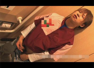 【ゲイ動画】セ○ンイレブンのジャニ系店員が仕事着のまま休憩時間に自慰を披露!トイレに駆け込んでカメラの前でサクッとヌイてもらうことに!