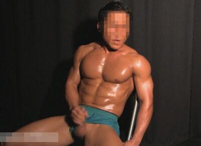 【ゲイ動画】ボディビルダーのように体が仕上がっているマッチョな男がオナニーを激しく楽しんで精液をたっぷりと噴射することになる!