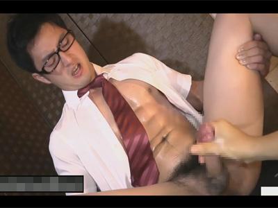 【ゲイ動画】眼鏡をかけている真面目そうな男子学生が制服を脱がされながら手コキで激しく犯されることになる!