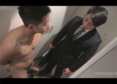 【ゲイ動画】訪問営業をしていたイケメンリーマンが全裸姿で出てきたお客様に玄関に迎え入れられてしまいアナルセックスで犯されることになる!