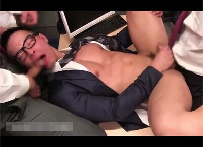 【ゲイ動画】オフィスで真面目そうな黒縁メガネのサラリーマンの男が乱交でひたすら犯されることになる!