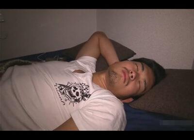 【ゲイ動画】イカニモ系の男が寝ていると布団の中でチンコをいじられてビンビンに勃起させられて精液を噴射させられることになる!