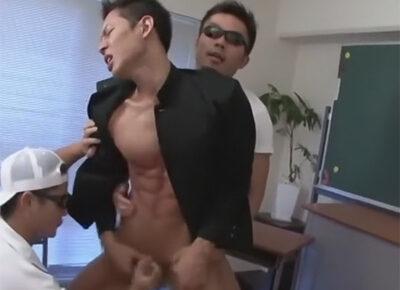 【ゲイ動画】教室にいた学ランを着ているスジ筋の男がタオルで目隠しをされながらゴーグルマンたちに犯されることになる!