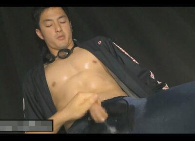 【ゲイ動画】アスリートな男が競泳水着姿でゴーグルマンに体をいじられて手コキやフェラチオで乱れ狂うことになる!