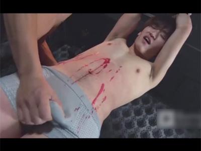 【ゲイ動画】可愛い系の男が鎖でつるし上げられた状態で立たされながらロウソク攻めをされてアナルセックスでも犯されてしまう!