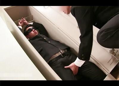 【ゲイ動画】学校の教室の掃除用具入れに目隠しをされて拘束されて閉じ込められていたいじめられっ子男子校生が同級生にアナルセックスで激しいレイプの洗礼を受ける!