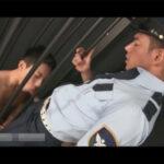【ゲイ動画】シブいルックスのイケメン警官が発情をしている檻に閉じ込められている男にHなことをサービスしてアナルセックスで犯すことになる!