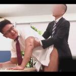 【ゲイ動画】会社のトイレでオナニーをしていた男が同僚の男にばれてオフィスでアナルセックスで犯されることになる!