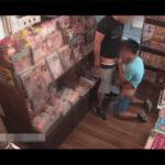 【ゲイ動画】本屋の監視カメラが捉えた大胆不敵なハッテン行為!並んでエロ本を立ち読みしていた客がチンポをしゃぶり合いっこ!